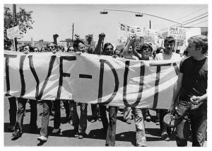 Ur filmen: Sir! No Sir!: Armed Farces Day (ungefär: Den Beväpnade Farsens Dag) år 1971, cirka 1 500 soldater demonstrerar mot Vietnamkriget. Längst till höger i bild (med megafon) syns filmens producent David Zeiger. Fotot publiceras med benäget tillstånd av Displaced Films.